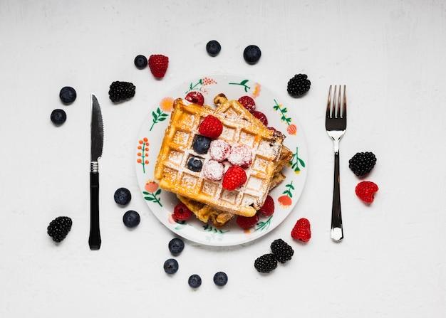 Waffles saborosos café da manhã com frutas silvestres