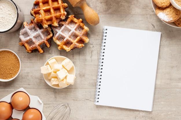 Waffles saborosos ovos e um notebook