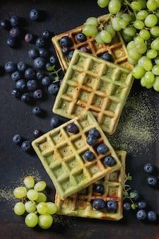 Waffles verdes com uvas