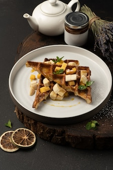 Waffles vienenses com banana, manga, caramelo e menta.