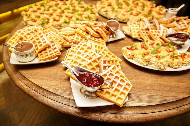 Waffles vienenses com geleia e chocolate em catering para eventos
