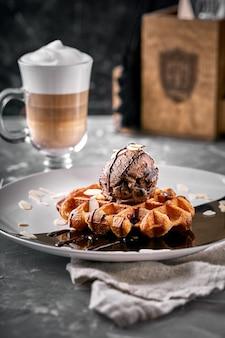 Waffles vienenses com sorvete e café. bela foto de sobremesa com café com leite. conceito de sobremesa, vida doce. foto de comida, cópia espaço, plano de fundo cinza.
