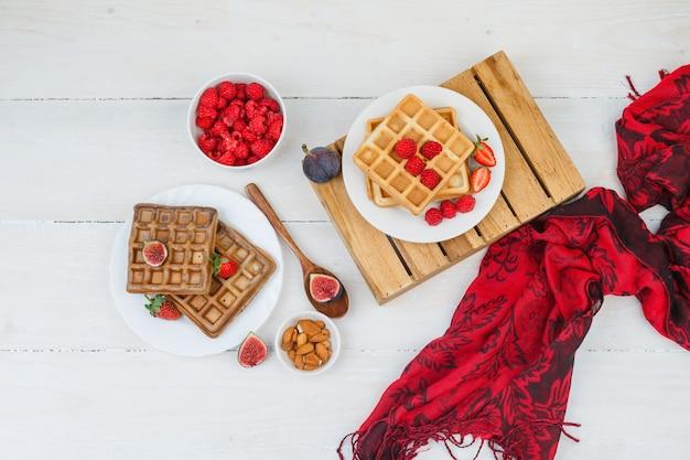 Waffless com frutas e lenço vermelho