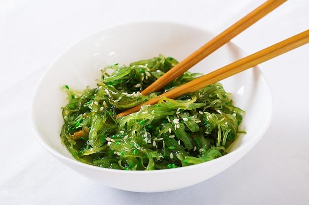 Wakame chuka ou salada de algas com sementes de gergelim na tigela