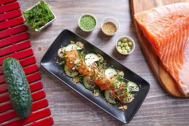 Wakame salada de algas salmão e gergelim wasabi