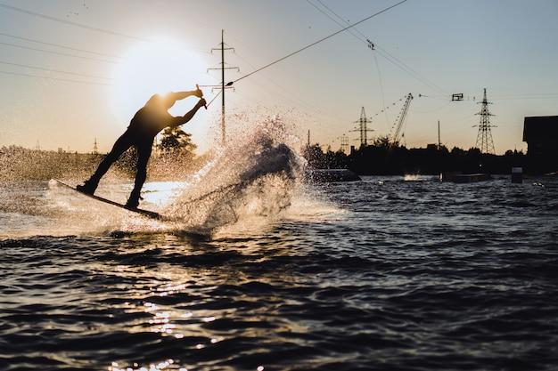 Wakeboard. wakeboard saltando ao pôr do sol