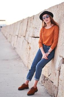 Walkig à moda jovem ao ar livre