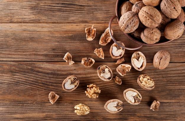 Wallnuts na mesa de madeira vintage.