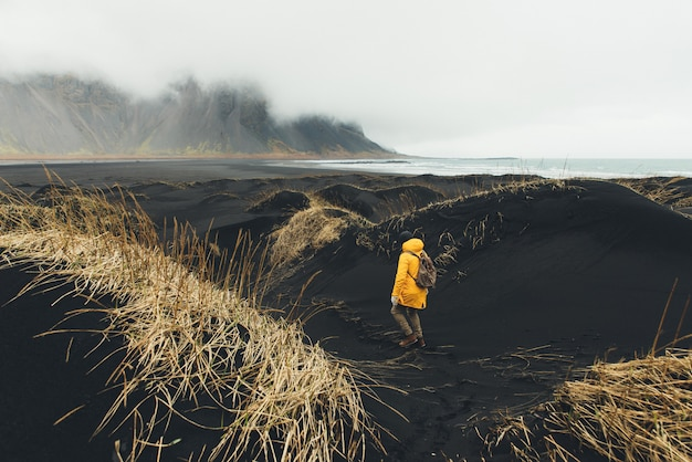 Wanderlust explorer descobrindo maravilhas naturais da islândia