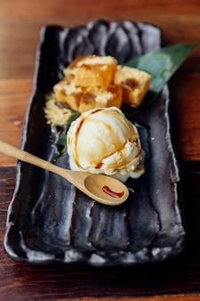 Warabi mochi serviu com uma bola de sorvete de baunilha que cobria com caramelo.