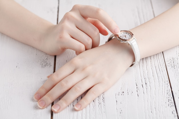 Warch de pulso feminino no braço