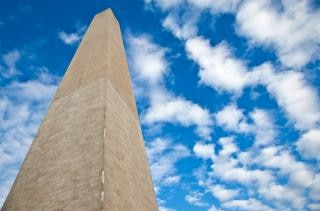 Washington monumento nublado