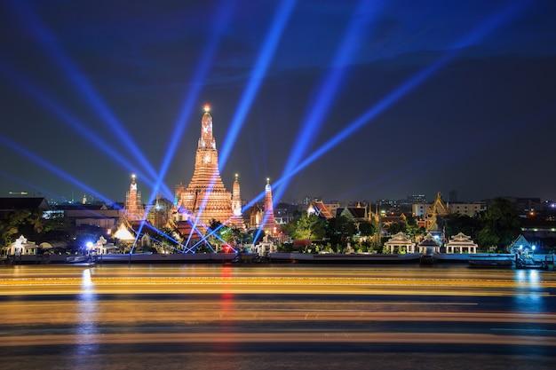 Wat arun e show de raio laser sob comemoração do ano novo em bangkok, tailândia