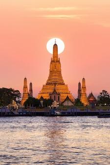Wat arun, templo do amanhecer e o rio chao phraya, bangkok, tailândia