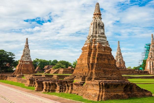 Wat chai watthanaram construído pelo rei prasat tong com seu principal prang (centro) representa