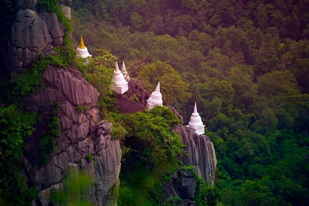 Wat chaloem phra kiat phrachomklao rachanusorn, wat praputthabaht sudthawat pu pha daeng um templo público no monte fora de lampang tailândia despercebida.