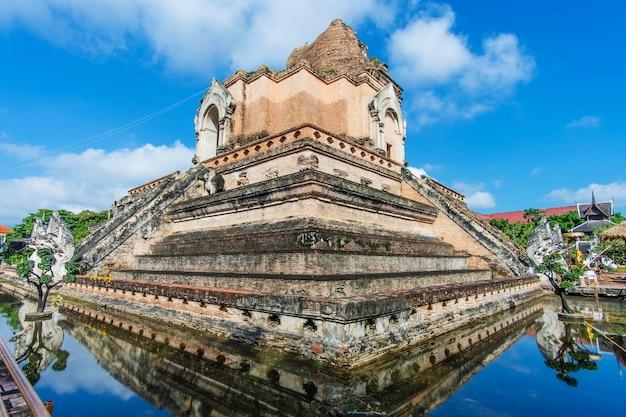 Wat chedi luang é um templo budista no centro histórico de chiang mai, tailândia