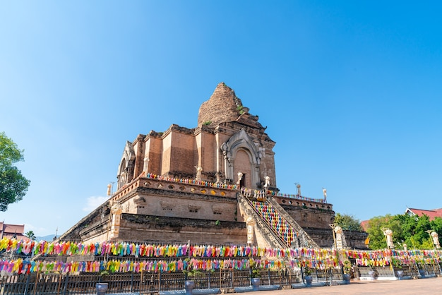 Wat chedi luang varavihara - templo com um grande pagode localizado no centro histórico do templo de chiang mai, tailândia