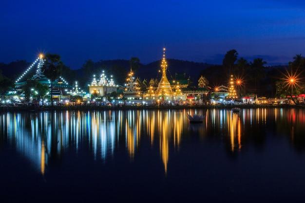 Wat jong klang na noite escura e reflexão em maehongson, província ao norte da tailândia