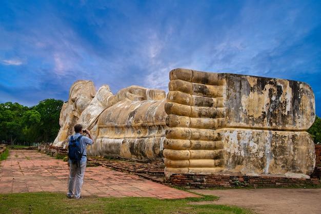 Wat lokayasutharam, um templo budista na cidade do parque histórico de ayutthaya, tailândia.