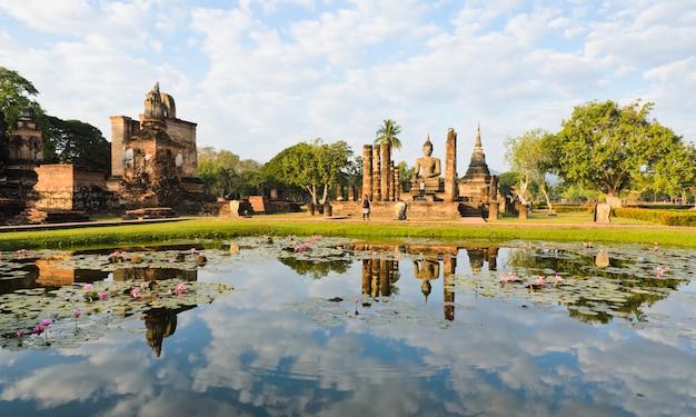 Wat mahathat no parque histórico de sukhothai, tailândia
