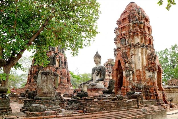 Wat mahathat ou o mosteiro da grande relíquia no parque histórico de ayutthaya, na tailândia