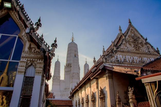 Wat mahathat woravihara petchburi é o antigo templo na tailândia.