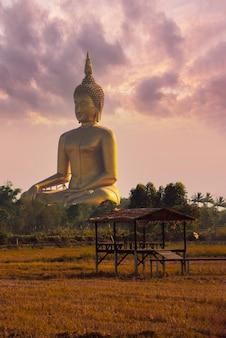 Wat muang, grande buda e casa de campo nos campos de arroz de angthon, tailândia