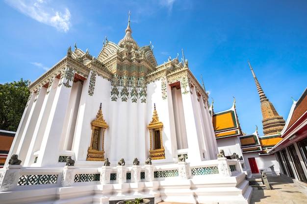 Wat pho, estátua de ouro do buda reclinadotailândia, bangkok, tailândia