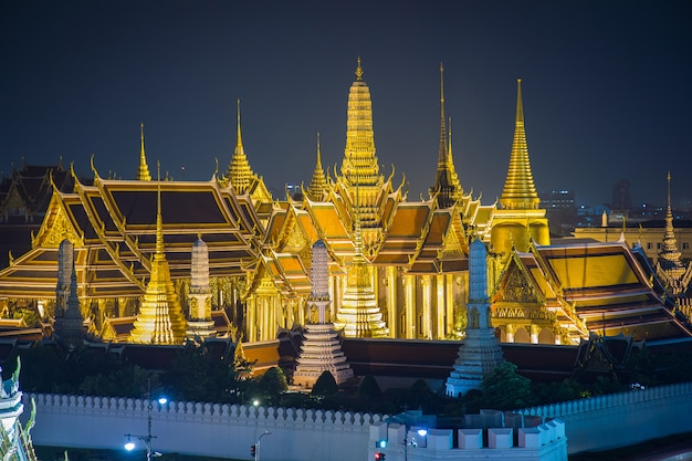 Wat phra kaew, templo do buda de esmeralda, grande palácio no crepúsculo em bangkok, tailândia