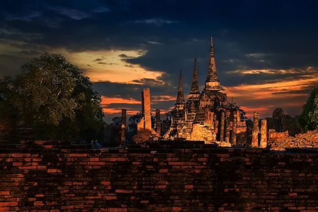 Wat phra si sanphet três pagode construído no período de ayutthaya e pôr do sol