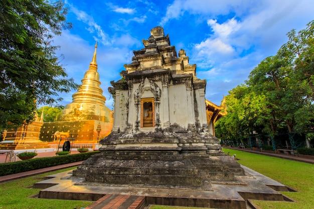 Wat phra singh está localizado na parte ocidental do antigo centro da cidade de chiang mai, tailândia