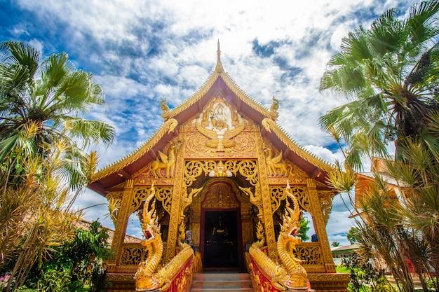 Wat phra that lampang luang é um templo budista ao estilo de lanna. é um favorito dos turistas localizados na província de lampang, templo na tailândia.