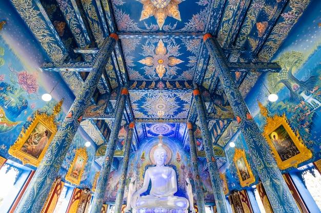Wat rongseaten dentro com pintura azul e arquitetura de luxo em chiangrai tailândia