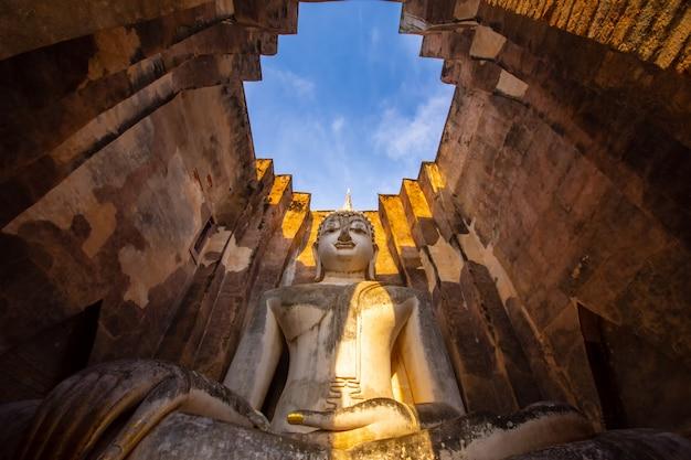Wat si chum é um local histórico do templo no parque histórico de sukhothai, província de sukhothai, tailândia