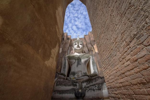 Wat si chum (templo) no parque histórico de sukhothai, sukhothai, tailândia.