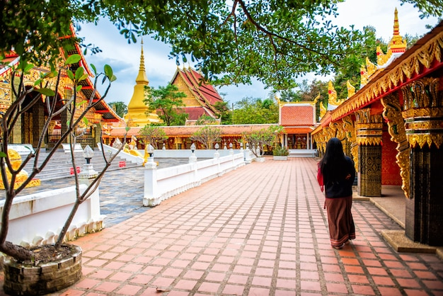Wat wang kham templos em khao wong, marco na província de kalasin tailândia