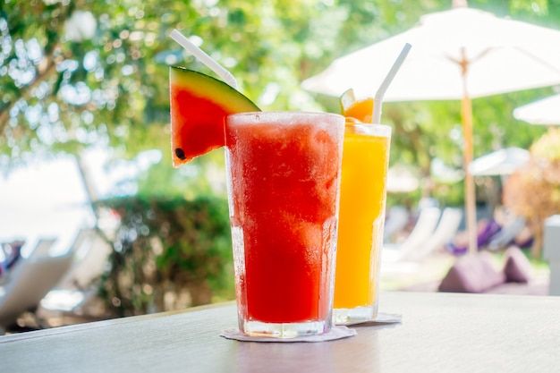 Waterlemon e suco de laranja em copo de bebida