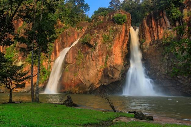 Waterwall bonito na província de chattrakan nationalpark pitsanulok, tailândia
