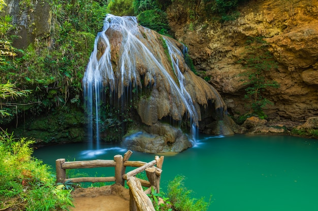 Waterwall bonito na província de lamphun do parque nacional de mae ping, tailândia.