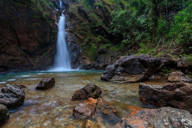 Waterwall bonito no nationalpark da província de kanchanaburi, tailândia