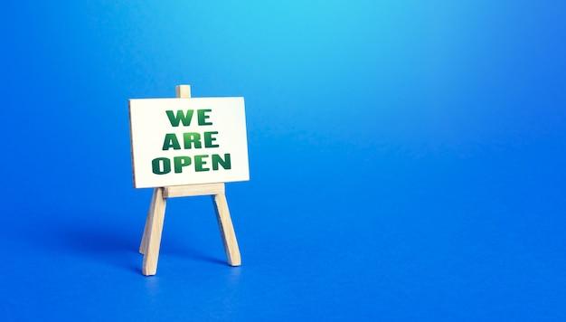 We are open cavalete sinal saída de condições severas de quarentena recuperação econômica e de negócios