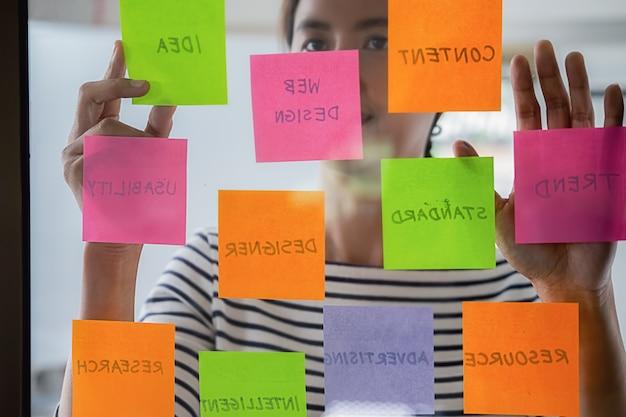 Web designer brainstorming para um plano estratégico