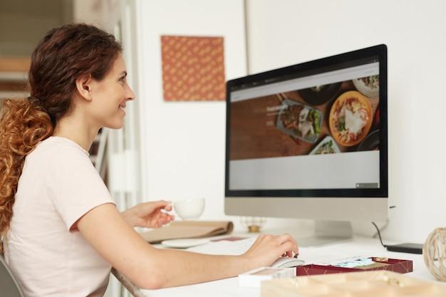 Web designer trabalhando no site