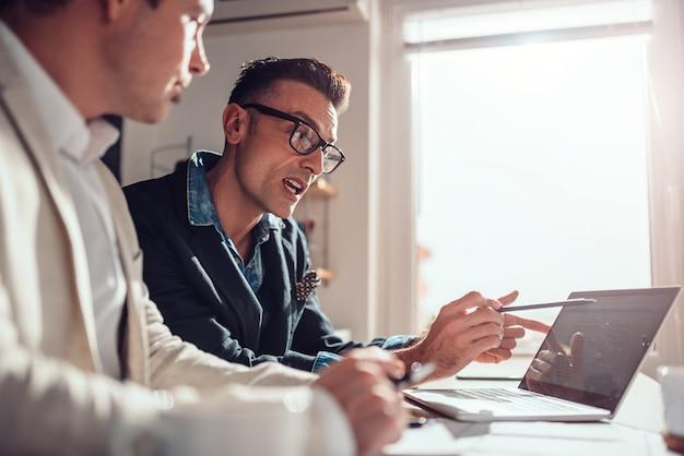 Web designers no escritório discutindo sobre novo projeto