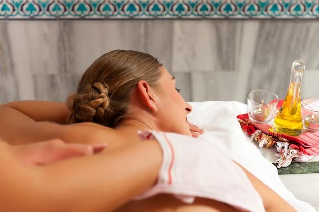 Wellness - mulher recebendo massagem no spa