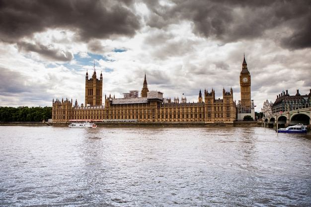 Westminster e o rio tâmisa em londres, grã-bretanha