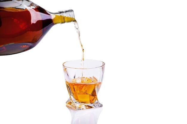 Whisky com copo e gelo