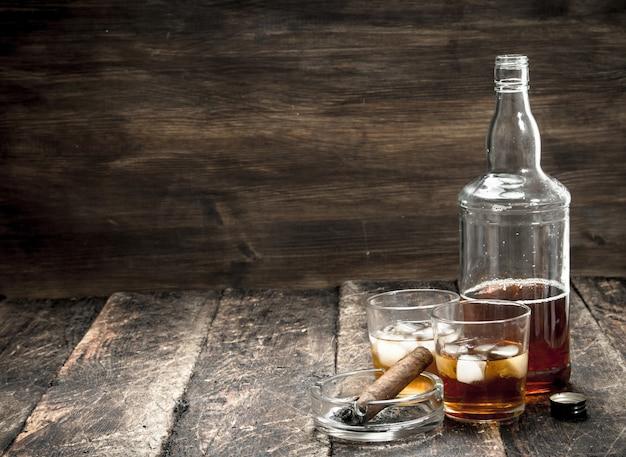 Whisky com gelo e charuto