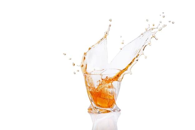 Whisky com respingo em copo